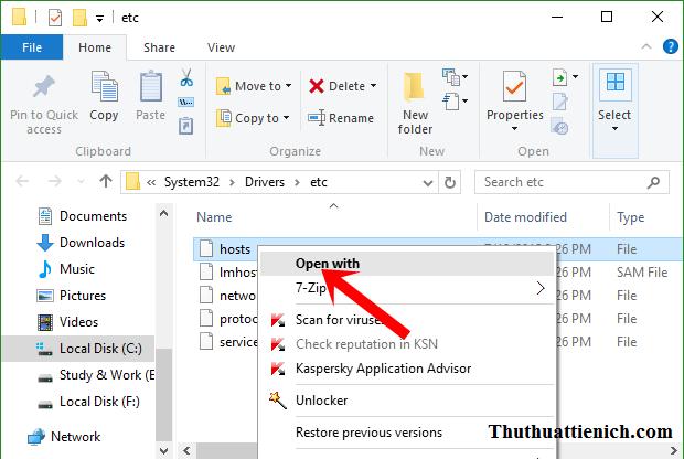 Nhấn chuột phải vào file hosts rồi chọn Open with