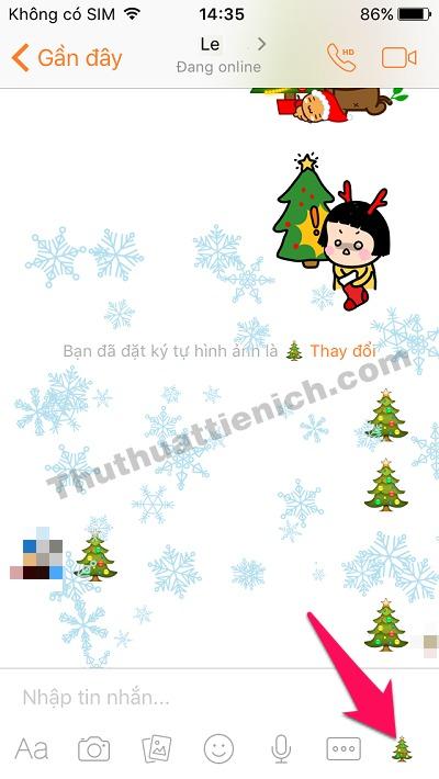 Nhấn vào biểu tượng Người tuyết (hoặc Cây thông Noel) góc bên phải khung chat để tạo hiệu ứng tuyết rơi