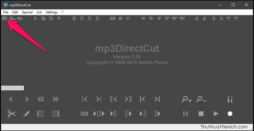 Chạy phần mềm, nhấn nút hình thư mục (hoặc File → Open hoặc Ctrl + O hoặc kéo thả file nhạc trực tiếp vào đây) để chọn file nhạc muốn cắt